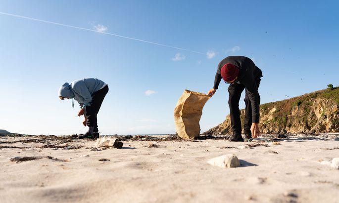 """Bei einer """"Strandputzaktion"""" wird Müll aufgesammelt, der an Land gespült wurde - oder den Menschen zurückgelassen haben."""