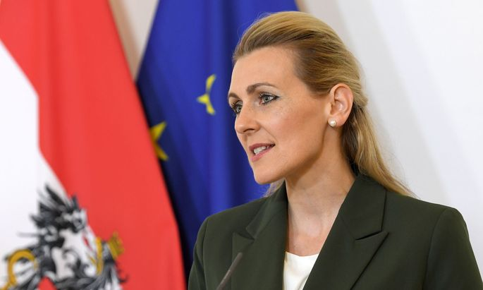 """Arbeitsministerin Christine Aschbacher: """"Die ersten Gelder werden bereits diese Woche fließen"""""""