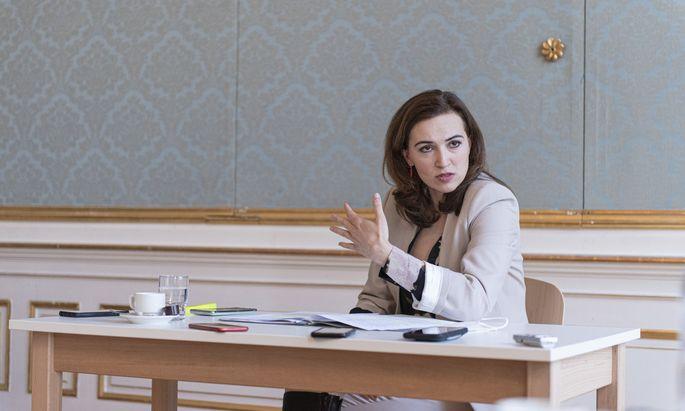"""""""Die ÖVP hat sich zu vielen Punkten geäußert. Manches davon haben wir aufgegriffen, und anderes haben wir zurückgewiesen"""", sagt Alma Zadić nach ihrer Rückkehr ins Justizministerium."""