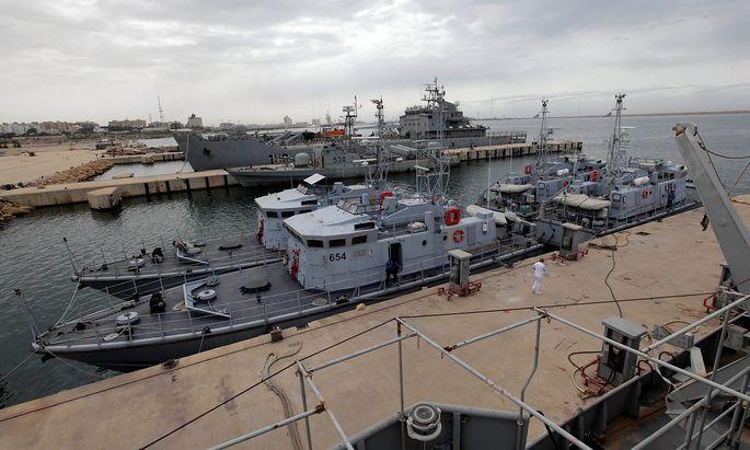Die libyschen Schiffe der Küstenwache - hier vor Anker in Tripolis - sollen von der italienischen Marine unterstützt werden.
