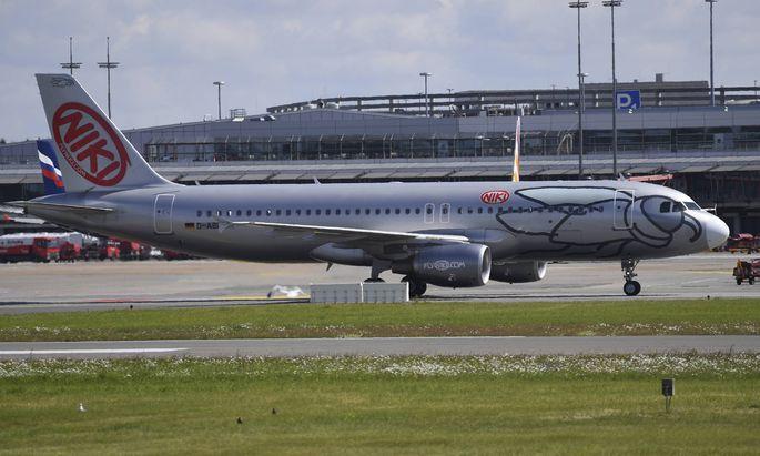 allgemein Feature Randmotiv ein Flugzeug der Fluglinie NIKI rollt zum Terminal Ankunft der Dele