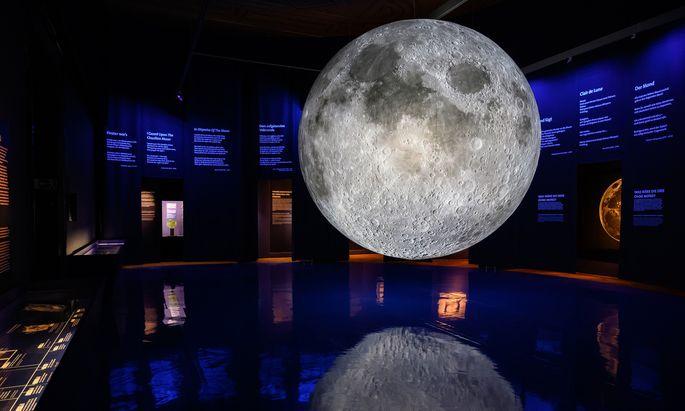 Hier schwebt er noch frei im Raum, danach kamen die Absperrbänder: Mondballon von Luke Jerram.