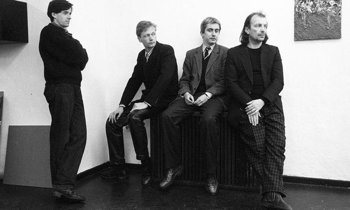 Damals! Als alle cool waren, und alle so jung – und so plötzlich echt viel Kohle verdienten: Herbert Brandl, Heimo Zobernig, Peter Pakesch und Franz West (von links nach rechts), 1987.