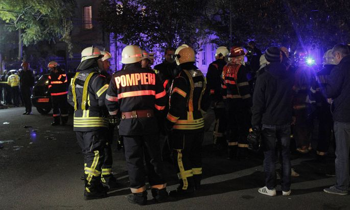 151031 BUCHAREST Oct 31 2015 Firemen gather at the nightclub which caught fire in Buchare