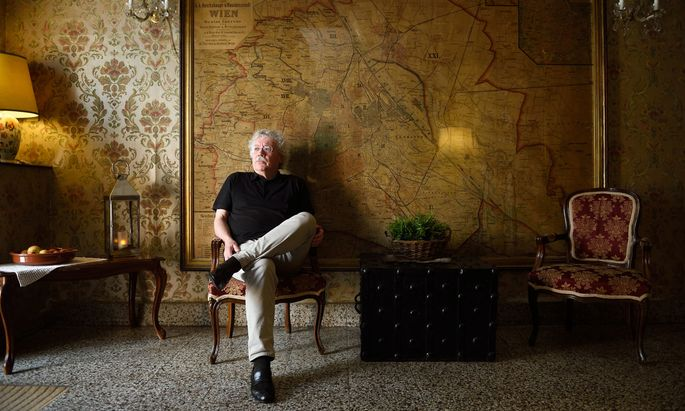 Auch auf Reisen wohnt Karl-Markus Gauß gern umgeben von Dingen, die eine Geschichte haben (wie hier im Wiener Appartementhotel Rothensteiner).