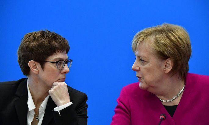 Kramp-Karrenbauer und Merkel: Spekulationen über Übergabe des Kanzleramts könnten 2019 dominieren.