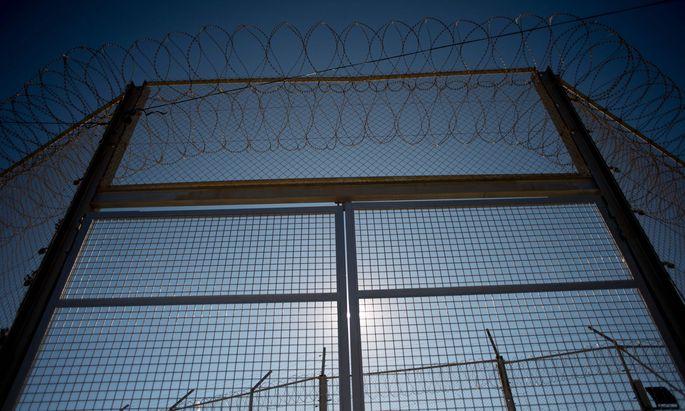 Politik des Ausnahmezustands. Grenzzaun zwischen Spaniens nordafrikanischer Exklave Ceuta und Marokko.