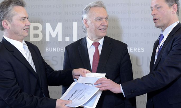 Präsentation des Berichts Mitte April 2013: Ex-Generaldirektor für die öffentliche Sicherheit Herbert Anderl (v. li.), der deutsche BKA-Präsident Jörg Ziercke und BMJ-Sektionschef Christian Pilnacek.
