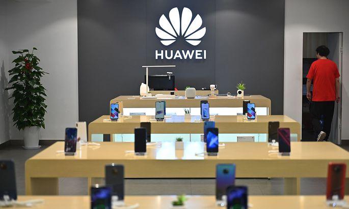 Huawei kokettiert mit Österreich. Noch fehlt es dem Unternehmen an fixen Zusagen für den 5G-Ausbau. Auf dem Archivbild: Ein Huawei-Shop in Shanghai.