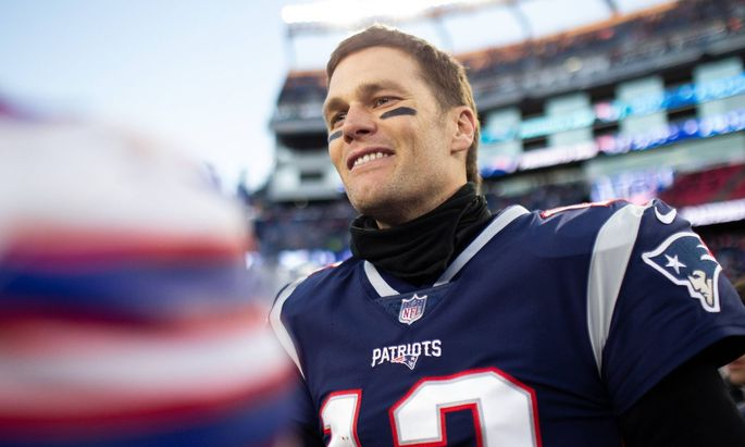 Sport Bilder des Tages New England Patriots quarterback Tom Brady (12) shakes hands with a Buffalo Bills player after t