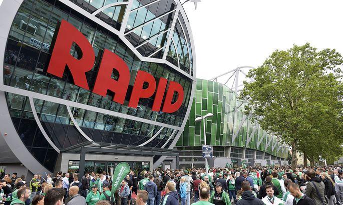 Fans vor dem Rapid-Stadion