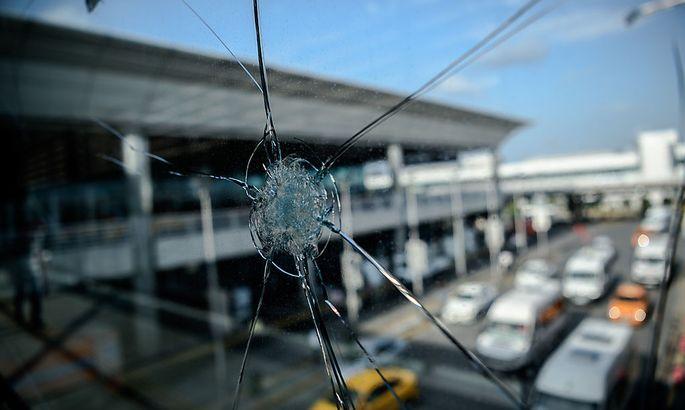 Eine eingeschossene Scheibe nach dem Attentat auf den Istanbuler Flughafen.