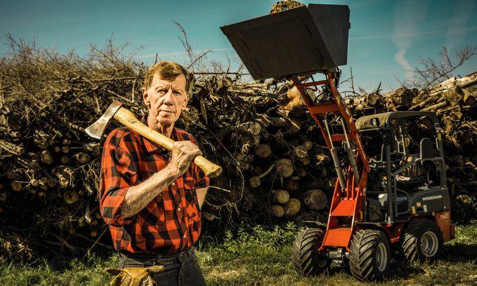 Walter ist einer, der tatsächlich für sein eigenes Holz vorm Haus sorgt.