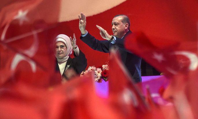 Der türkische Präsident Erdogan mit seiner Ehefrau.