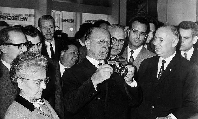 Walter Ulbricht - Politiker, SED, DDR - Staatsratsvorsitzender - (m, mit Kamera) bei einem Rundgangs auf Leipziger Herbstmesse