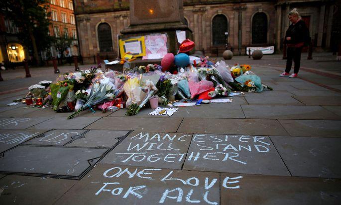 Blumen für die zwei Dutzend Opfer des Terroranschlags in Manchester.
