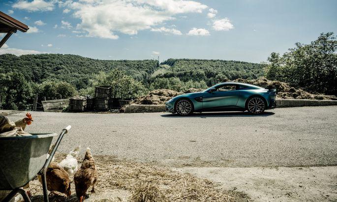 Mehr Hühner- als Rennstall: Besuch mit Aston Martin Vantage F1 am Bauernhof in Steinriegl, NÖ. Das gleiche Auto dient derzeit als Pace Car in der Formel 1.