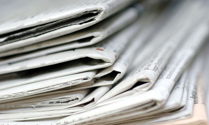 Symbolbild: Stapel von Zeitungen