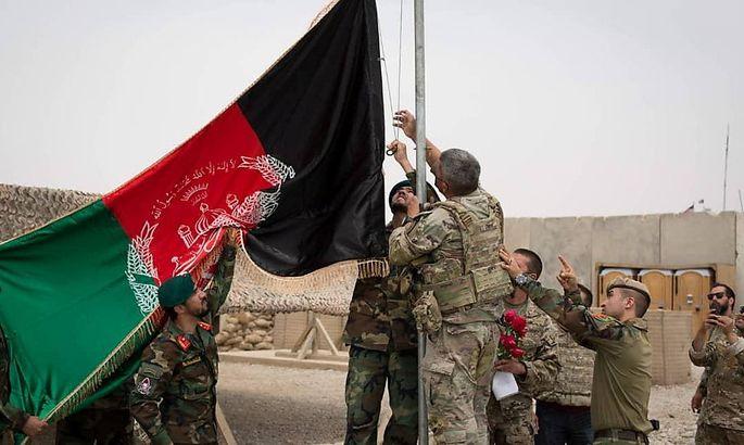 Im Camp Anthonic in der afghanischen Provinz Helmand wird die afghanische Flagge gehisst, die US-Truppen sind abgezogen.