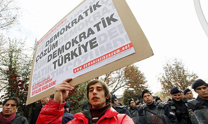 Demokratische Lösung, demokratische Türkei: Protest gegen Verbot der DTP
