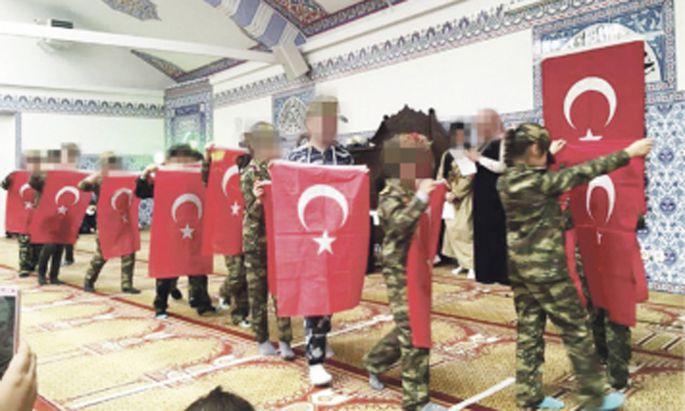 Kriegsinszenierungen mit Kindern in einer Moschee des türkischen Vereins Atib