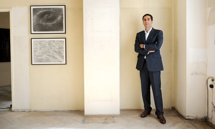 Kunstsammler und Berater Amir Shariat zeigt in einer leeren Wohnung im Hochhaus Herrengasse rumänische Kunst.