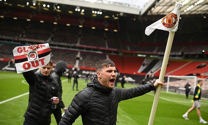 Zwei United-Fans protestieren am Rasen gegen die Glazers