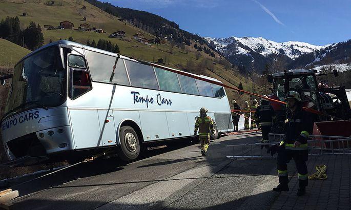 Der mit Kindern voll besetzte Reisebus drohte eine Böschung abzustürzen.