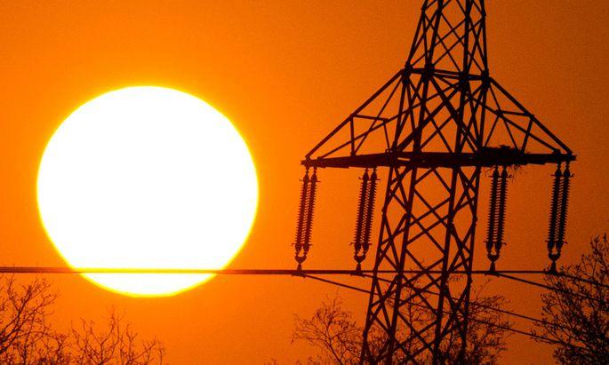 Stromleitung im Sonnenuntergang