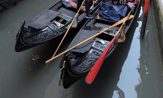 Symbolbild. Mit einer Gondel durch die Kanäle Venedigs zu fahren ist nicht so einfach, wie ein Touristenpaar bei einer Diebesfahrt bemerkte.