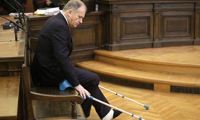 Nach einem Skiunfall auf Krücken auf der Anklagebank: Ernst Strasser