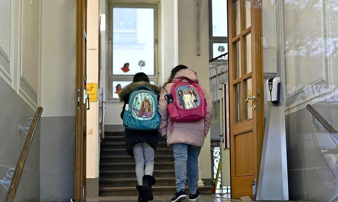 Früher als gedacht geht es für einen Teil der Schüler wieder zurück in die Schule.