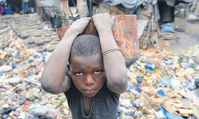 Lebensgefährliche Arbeit: Ein Kind schuftet in einer Schmiede in Abidjan, Elfenbeinküste.