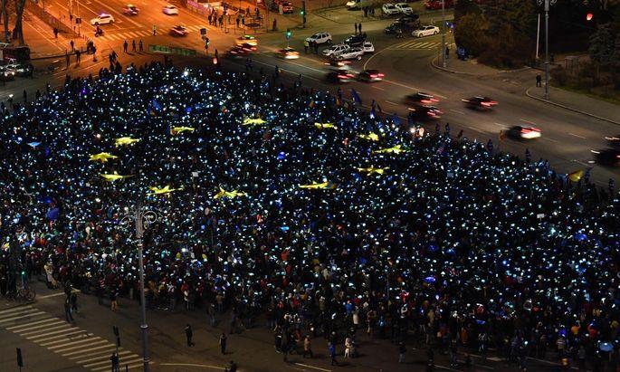 Sie fordern weiter den Rücktritt der Regierung: Demonstranten am Sonntag in Bukarest.