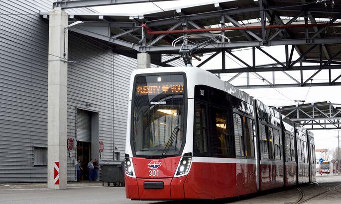 Wesentlich filigraner als die alten ULF-Wagen wirkt der neue Flexity, den die Wiener Linien nun in Testbetrieb nehmen.