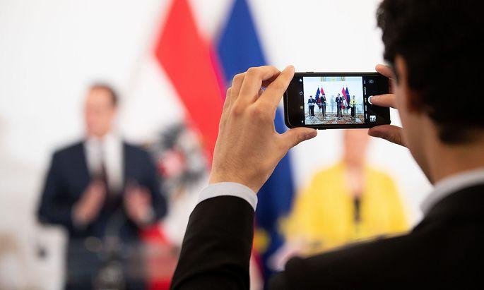 Symbolbild: Strache mit dem damaligen ÖVP-Klubchef August Wöginger, dem damaligen Bundeskanzler Sebastian Kurz (ÖVP), und der damaligen Sozialministerin Beate Hartinger-Klein (FPÖ) nach einer Sitzung des Ministerrates im März 2019.