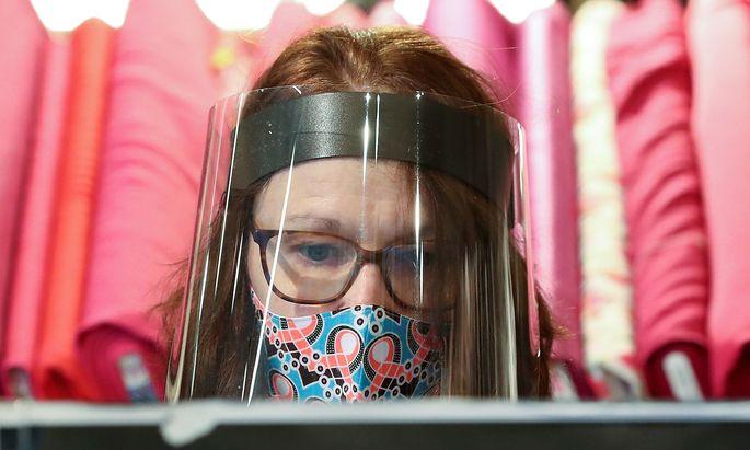 Maske vs. Visier: Wer auf Nummer sicher gehen will, trägt beides.