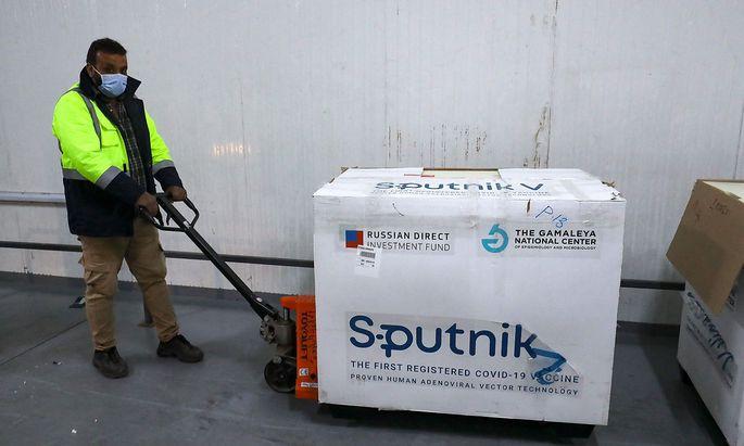 Es ist davon auszugehen, dass Sputnik V in seiner idealen Version ein effektiver und gut verträglicher Impfstoff gegen Corona ist. Aber was wird in der Praxis geliefert?
