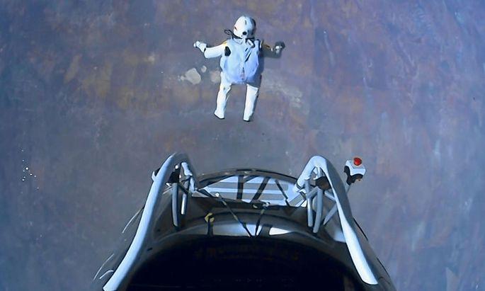 Felix Baumgartner fällt der Erde entgegen, mit einigen Rekorden im Gepäck.