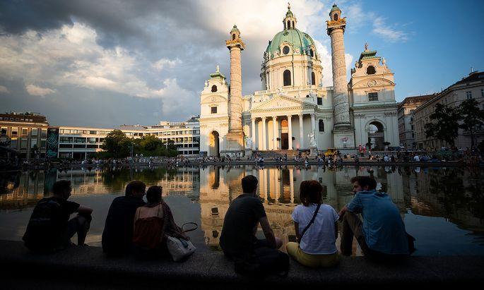 In Wien (im Bild die Karlskirche während des Popfests am vorvergangenen Wochenende) will man die Corona-Ampel in ihrer jetzigen Form nicht umsetzen, weil eine Lagebewertung pro Bezirk nicht sinnvoll sei.