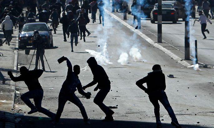 Palästinensische Jugendliche bewerfen in Bethlehem im Westjordanland israelische Soldaten unter anderem mit Steinen.
