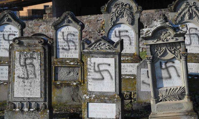 Über 100 jüdische Gräber im Elsass wurden mit Hakenkreuzen beschmiert