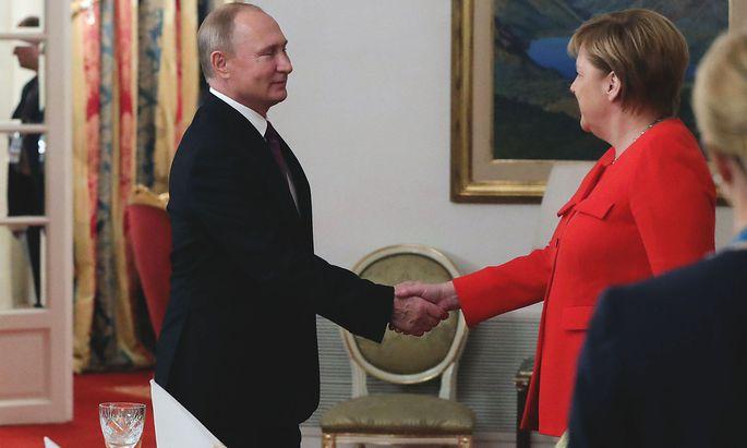 Archivbild von Putin und Merkel.