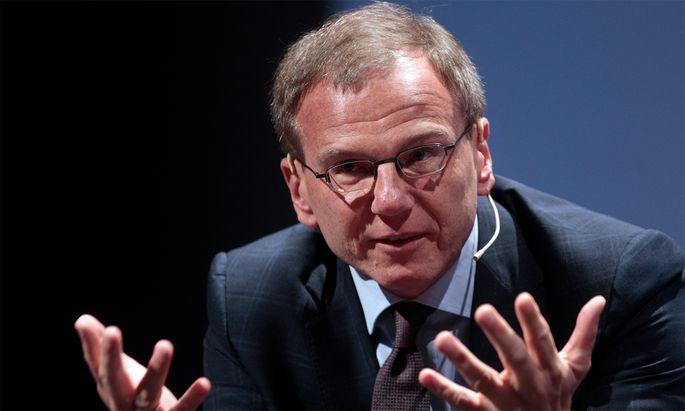 Archivbild: Armin Wolf 2010 bei einer Diskussion mit dem Thema 'Medien in der gesellschaftlichen Verantwortung'.
