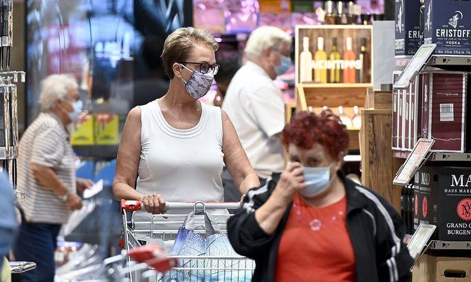 Seit Mitternacht gilt wieder eine Maskenpflicht z.B. im Geschäften. Im Bild ein Supermarkt in Wien am Freitag.