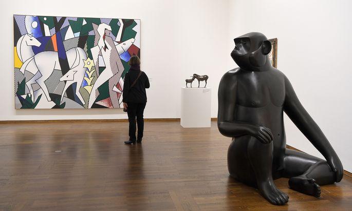 """Dreht sich dieser Affe vom Künstlerpaar Les Lalanne zu Roy Lichtensteins """"Forest Scene"""" um? Beziehungen zwischen Kunstwerken scheinen Heidi Horten jedenfalls Spaß zu machen."""