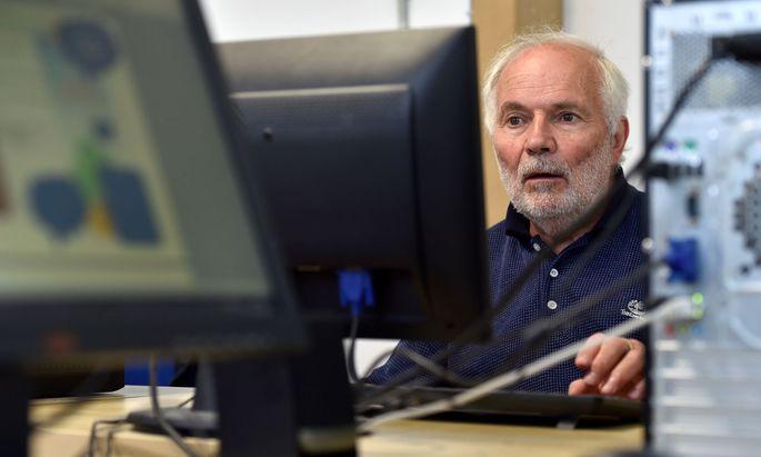 Senior mit Computer