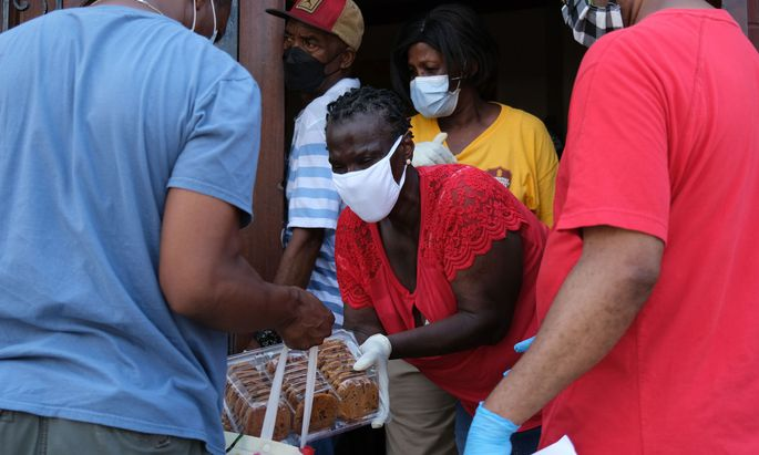 Menschen verteilen Essen an Bedürftige in New York.