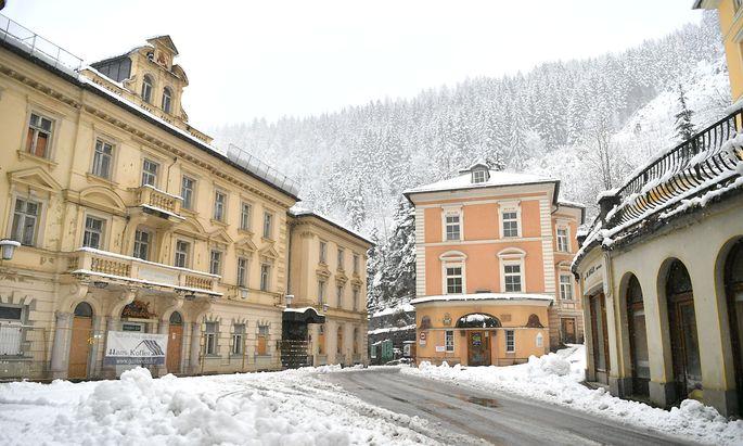 Der Straubingerplatz mit dem (v.l.) Hotel 'Straubinger', 'Post', Badeschloss' aus der Belle Epoque in Bad Gastein