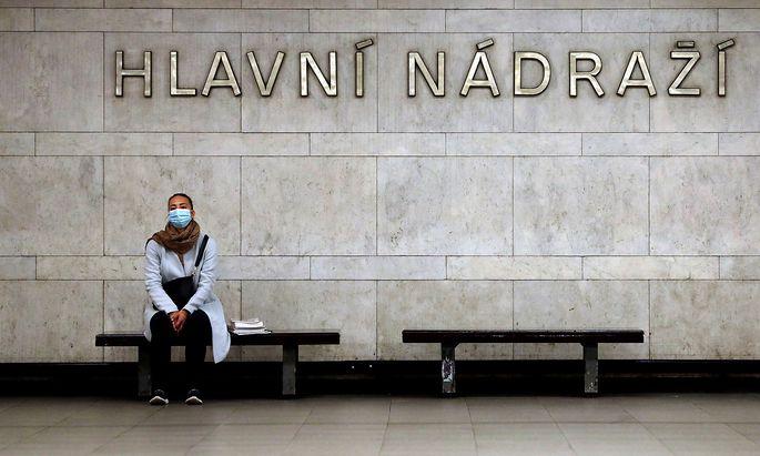 Wie viele europäische Länder kämpft auch Tschechien mit einer steigenden Zahl an Neuinfektionen - hier ain Bild vom Prager Hauptbahnhof.